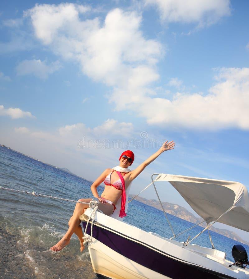 Sexig kvinna på fartyget under sommar royaltyfria foton