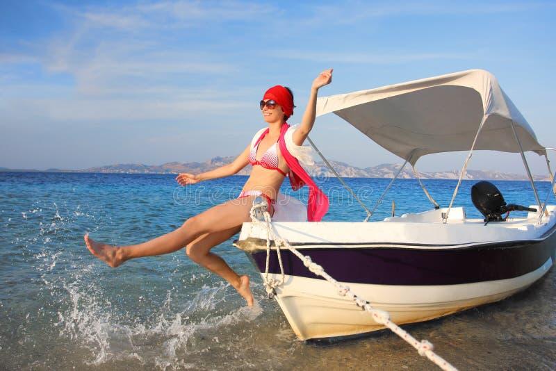 Sexig kvinna på fartyget under sommar royaltyfri foto