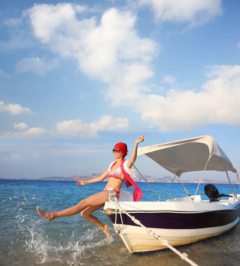Sexig kvinna på fartyget under sommar fotografering för bildbyråer