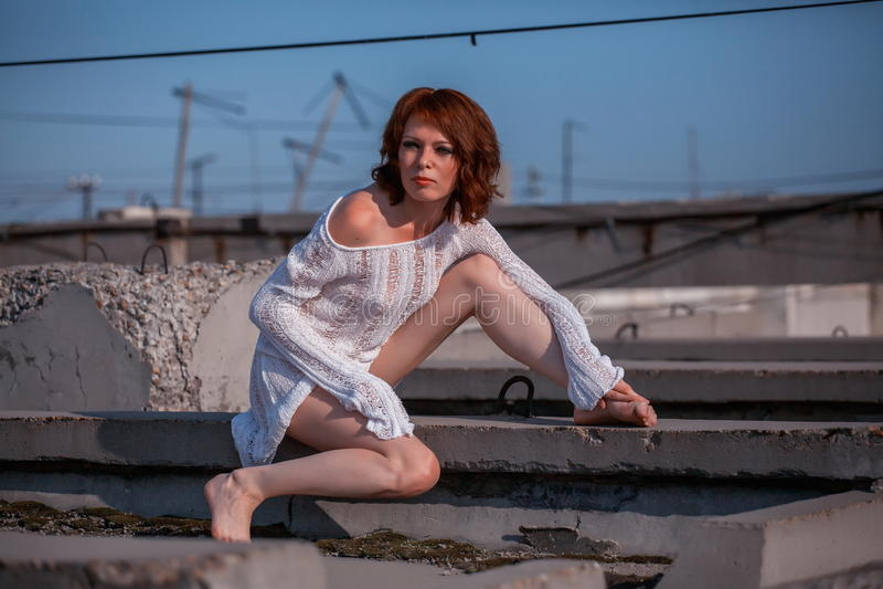 Sexig kvinna på taket arkivbilder