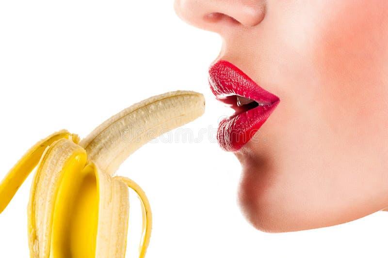 Sexig kvinna som äter bananen royaltyfri foto
