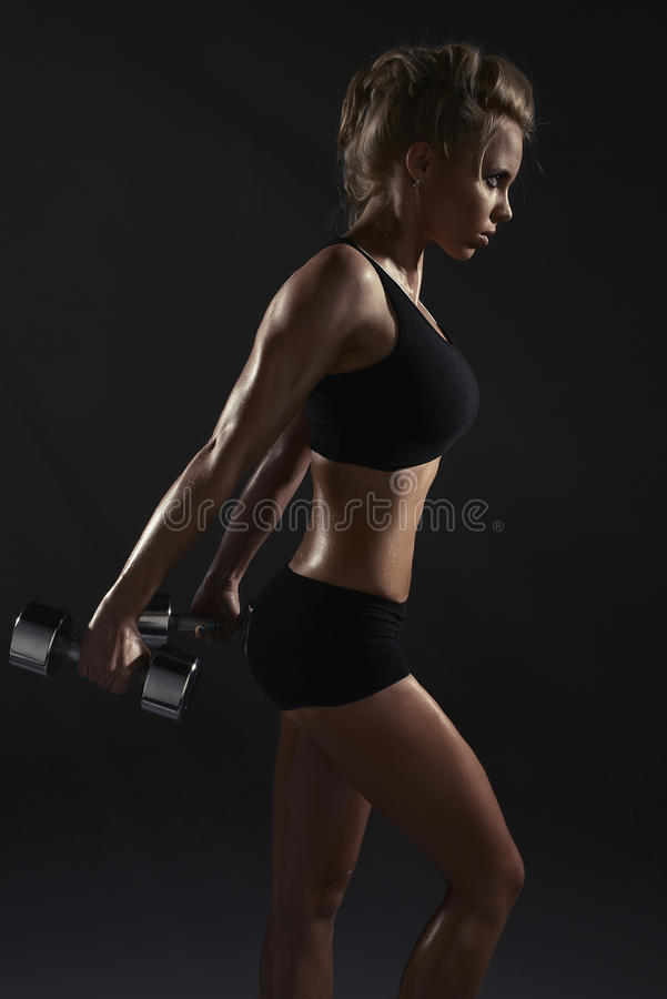 Sexig kvinna som gör fysisk övning arkivbilder