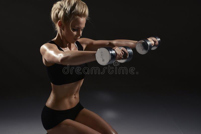 Sexig kvinna som gör fysisk övning royaltyfria bilder