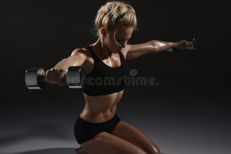 Sexig kvinna som gör fysisk övning arkivfoton