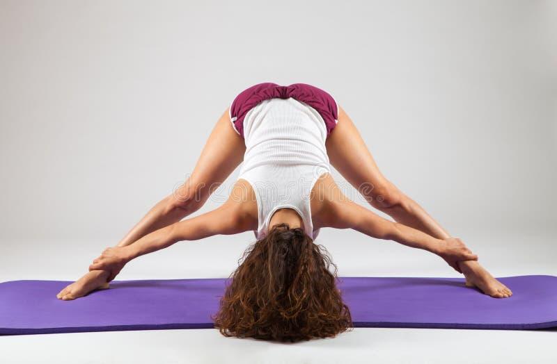 Sexig kvinna som gör yogaövningar fotografering för bildbyråer