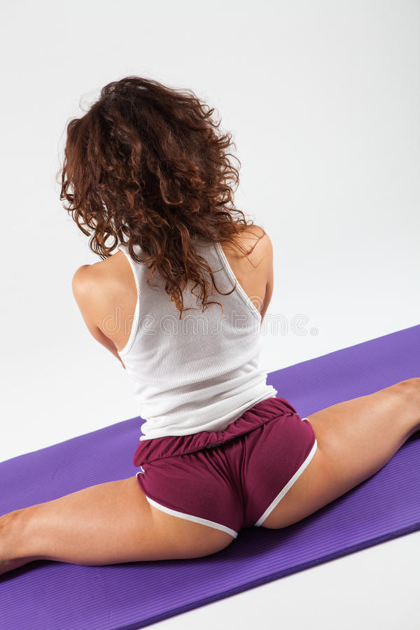 Sexig kvinna som gör yogaövningar arkivfoto