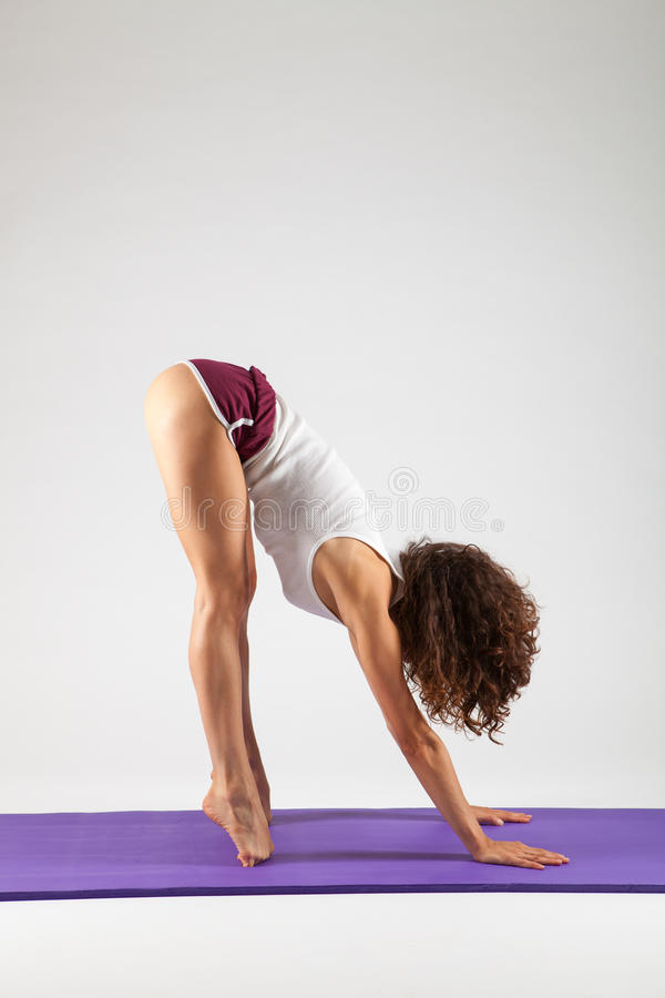 Sexig kvinna som gör yogaövningar royaltyfria bilder