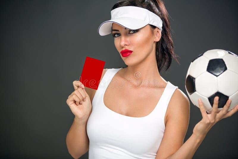 Sexig kvinna som ger det röda kortet royaltyfri bild