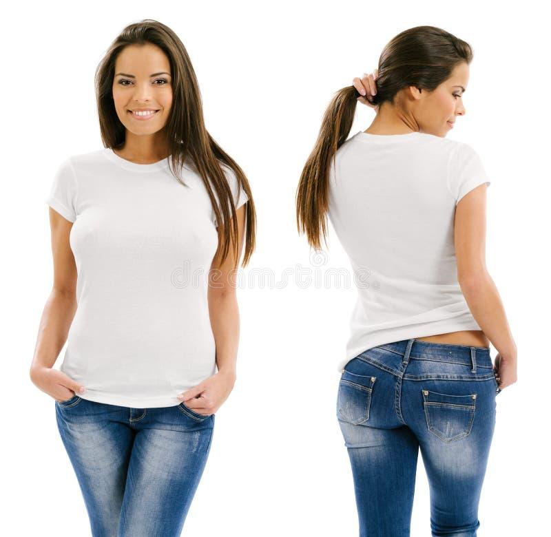 Sexig kvinna som poserar med den tomma vita skjortan royaltyfria bilder