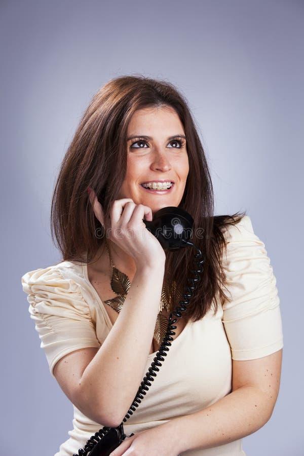 Sexig kvinna som rymmer en telefon royaltyfria bilder