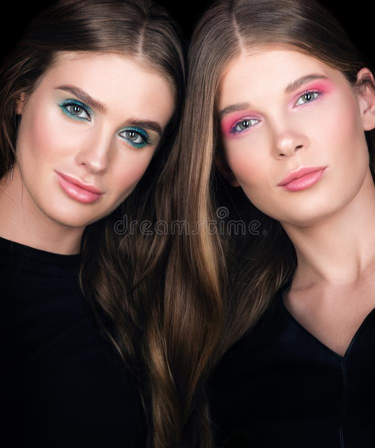 Sexig kvinna Två härliga unga kvinnor med vävt hår arkivfoto