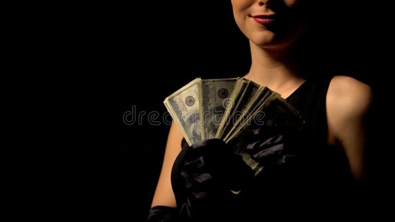 Sexig kvinnainnehavgrupp av dollarsedlar som inviterar till kasinot, lätta pengar royaltyfri bild