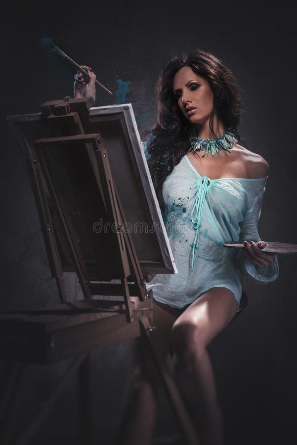 Sexig kvinnamålning arkivbilder