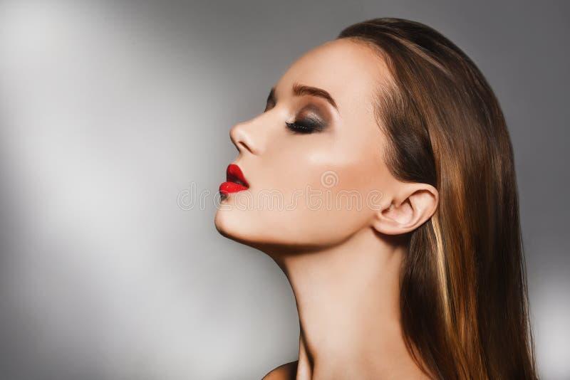 Sexig kvinnastående med perfekt makeup Slut upp ståenden av den eleganta lyxiga kvinnan Ljust smink, röda kanter härligt royaltyfria bilder