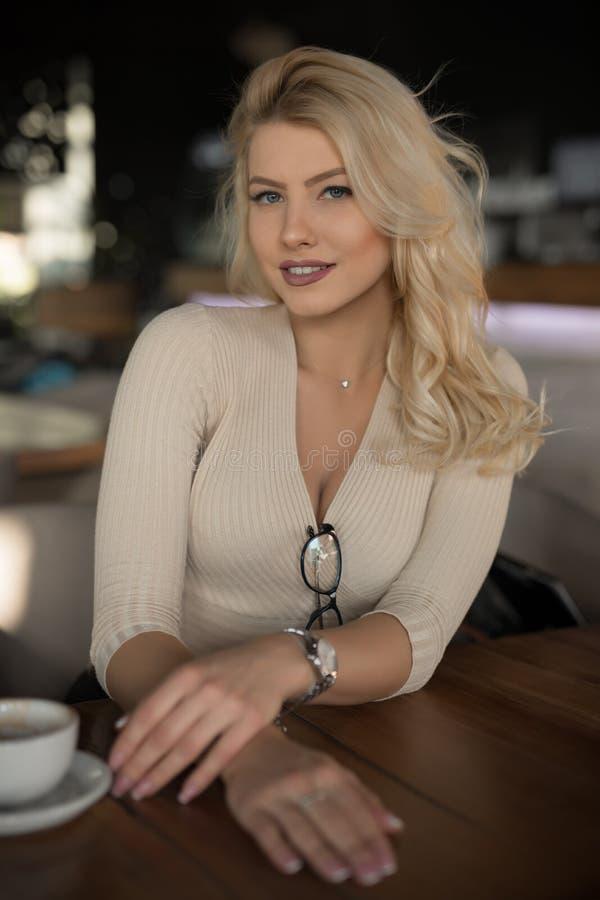 Sexig kvinnastående som sitter i kafé royaltyfri fotografi