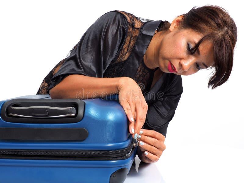 Sexig kvinnlig handelsresande med handbagage arkivbild
