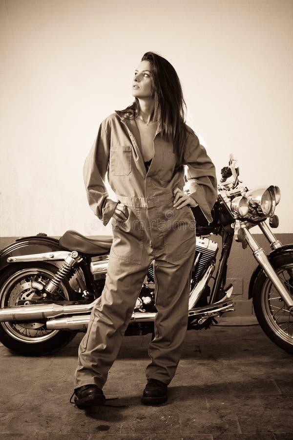 Sexig kvinnlig mekaniker royaltyfri fotografi