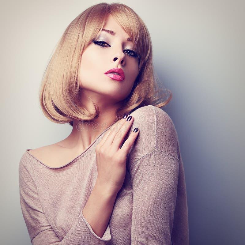 Sexig kvinnlig modell som poserar med blond stil för kort hår Färgsignal arkivfoton