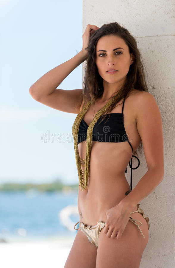 Sexig latinsk kvinna i testrand royaltyfri foto