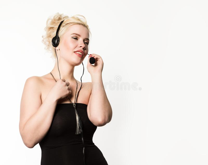 Sexig le kvinna som arbetar i en appellmitt Hörlurar med mikrofontelefonförsäljningkvinna som talar på helpline Fritt avstånd för royaltyfria bilder