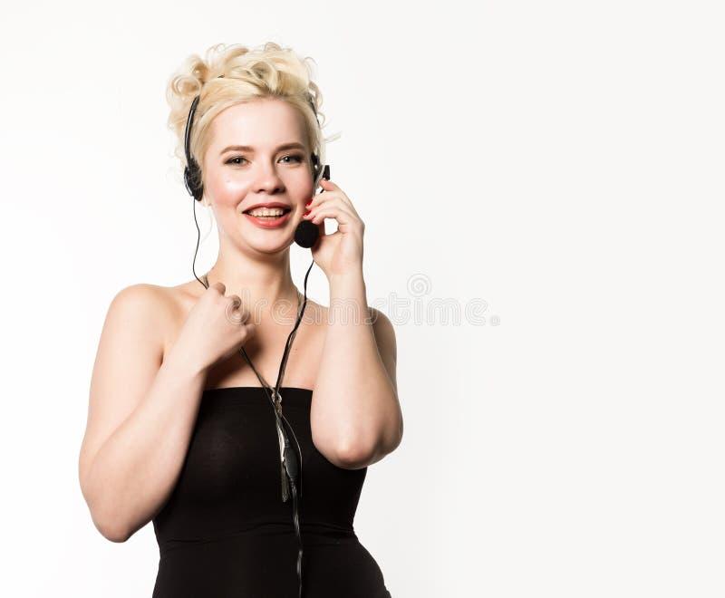 Sexig le kvinna som arbetar i en appellmitt Hörlurar med mikrofontelefonförsäljningkvinna som talar på helpline Fritt avstånd för royaltyfria foton