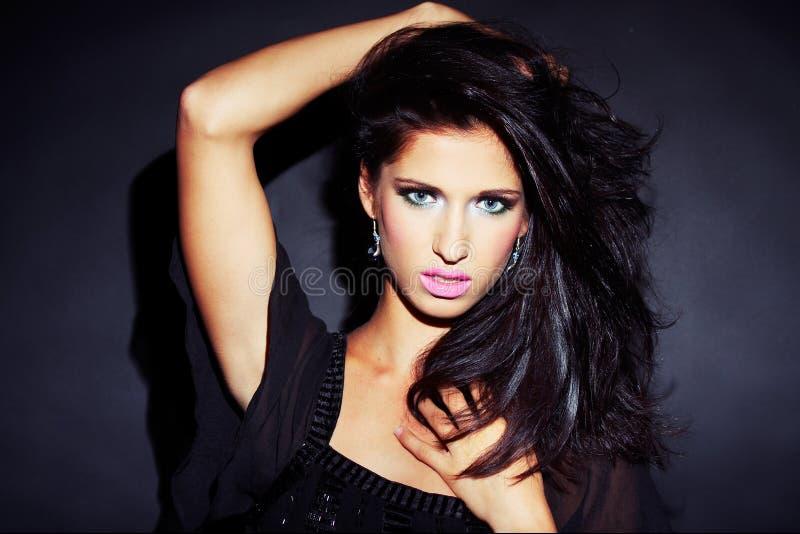 sexig mörk flicka för härlig brunett royaltyfri bild