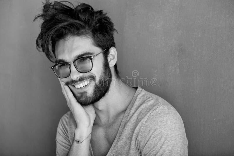 Sexig man med att skratta för skägg royaltyfri bild