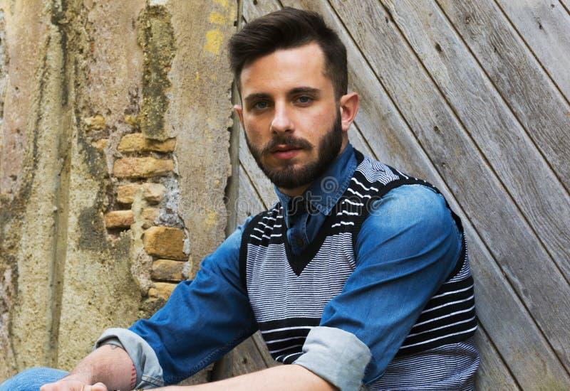 Sexig modell - hårmode - stilig benägenhet mot en vägg - italiensk pojke royaltyfria bilder