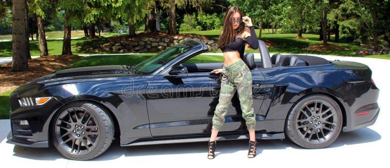 Sexig modell i härlig flicka för sportbil arkivfoton