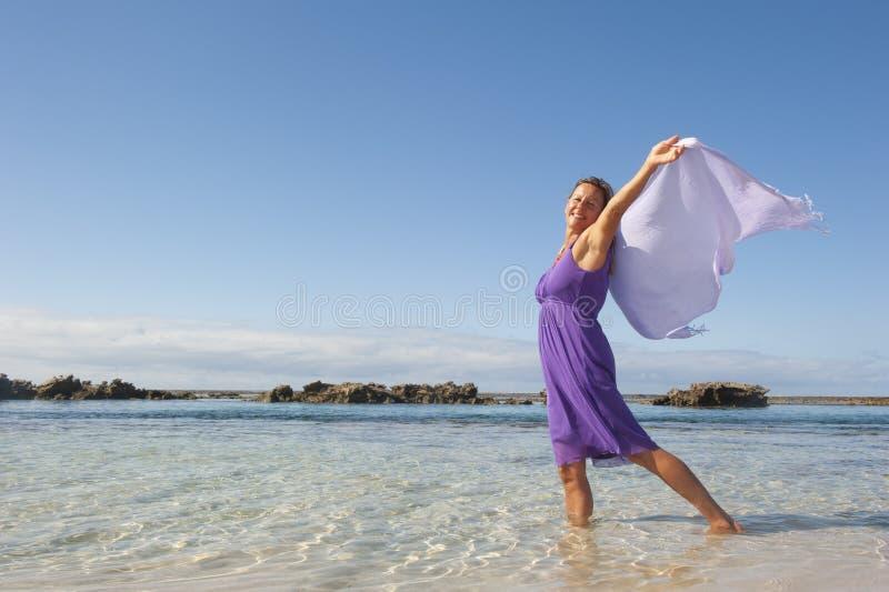 Sexig mogen kvinna i purpur klänning royaltyfria bilder