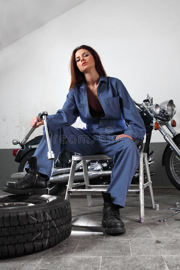 Sexig motorcykelmekaniker arkivfoto