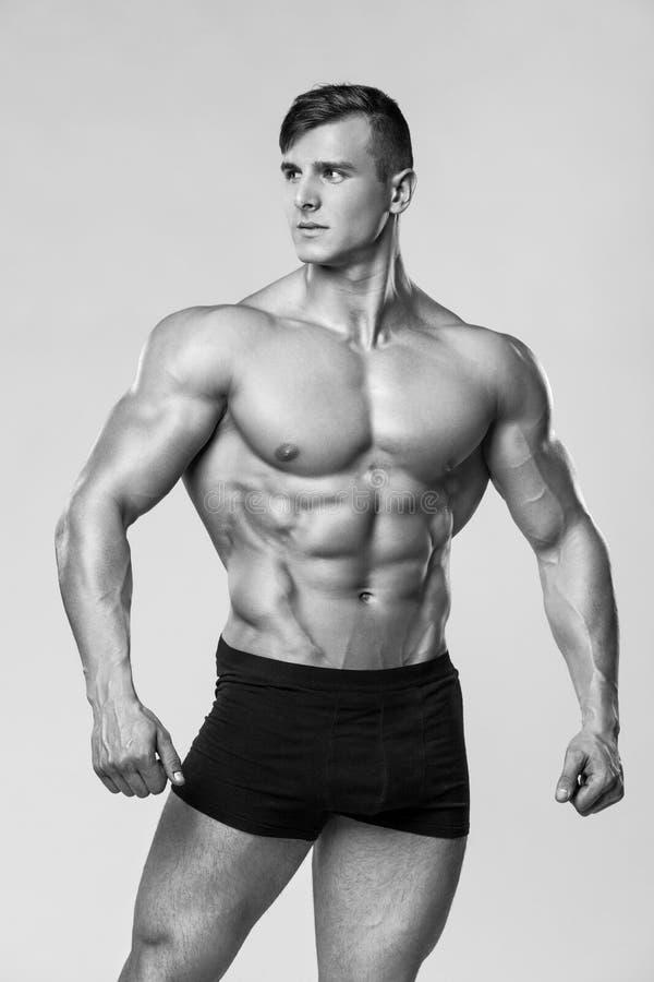 Sexig muskulös mankonditionmodell i underkläder Stark manlig naken torsoabs arkivfoton