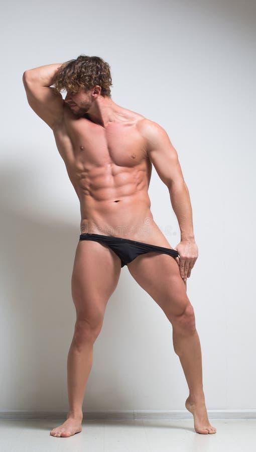 Sexig mycket muskulös manlig modell i underkläder royaltyfria bilder