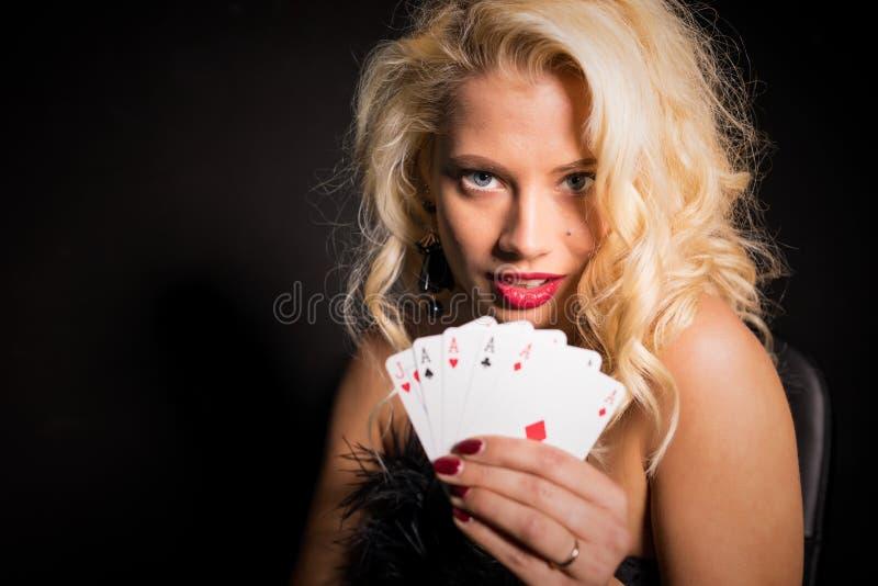 Sexig och härlig kvinna som visar hennes lyckliga däck royaltyfria bilder