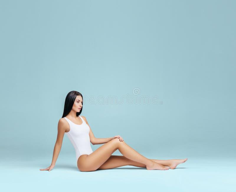 Sexig och h?rlig kvinna i underkl?der H?rlig och sund flicka med den unga och f?rdiga kroppen som poserar i underkl?der sport arkivbilder
