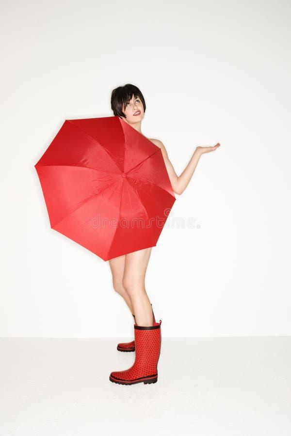 sexig paraplykvinna arkivfoto