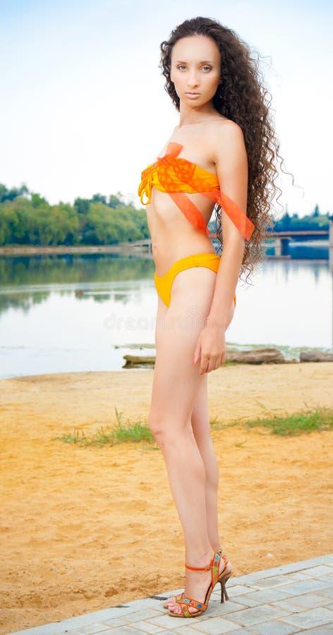 sexig plattform kvinna för strandbikini royaltyfri bild