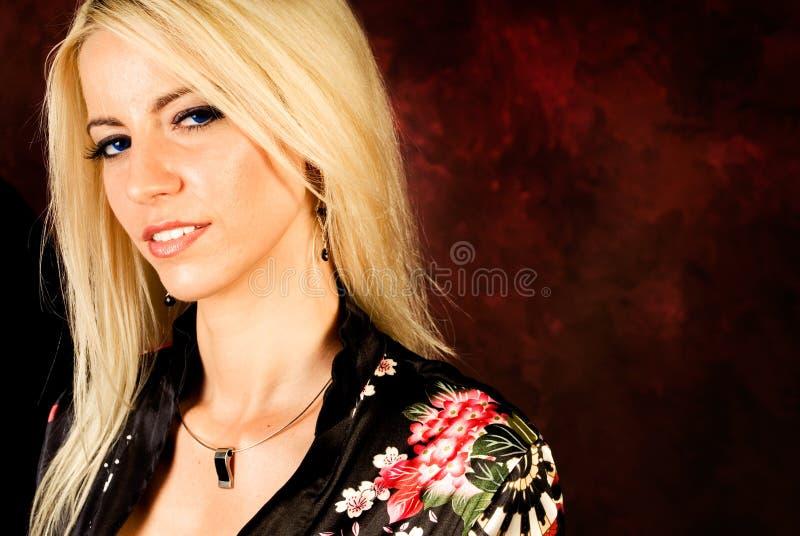 sexig silk kvinna för blond robe för modemodell royaltyfri bild