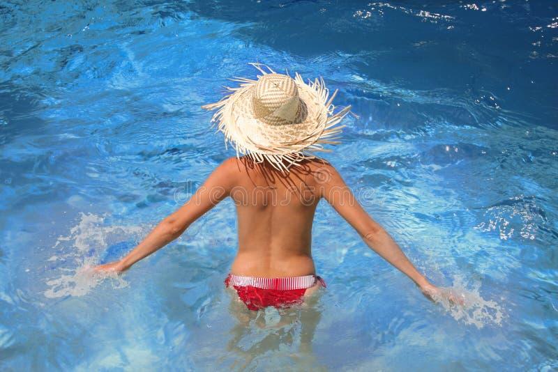 sexig simningkvinna för pöl royaltyfria foton