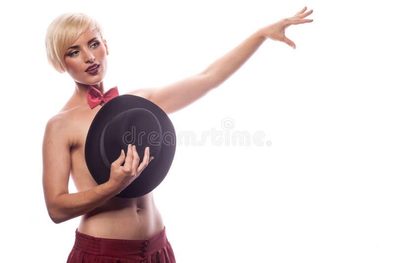 Sexig sinnlig kvinna som täcker henne bröst med en hatt royaltyfria bilder