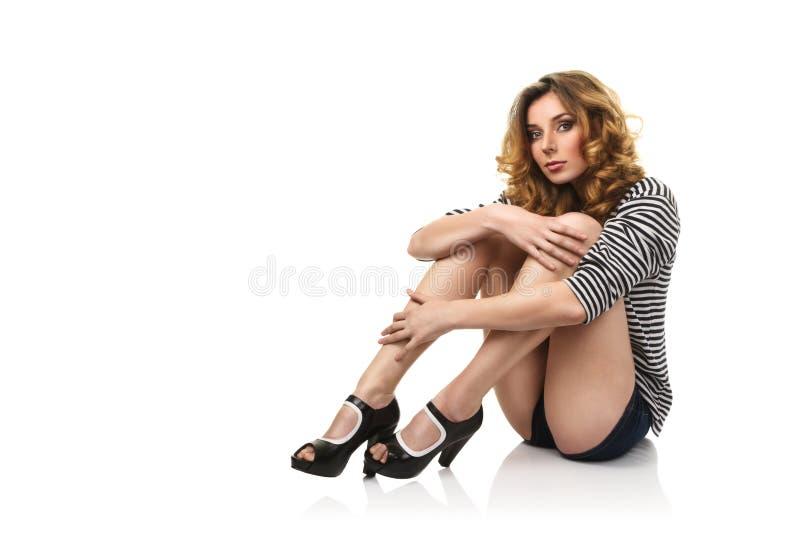 sexig sitting för golvflicka royaltyfri fotografi