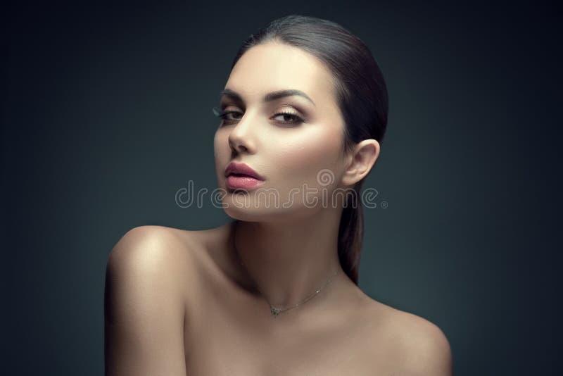 Sexig skönhetbrunettkvinna med perfekt makeup Framsida f?r sk?nhetflicka` s p? m?rk bakgrund royaltyfri foto