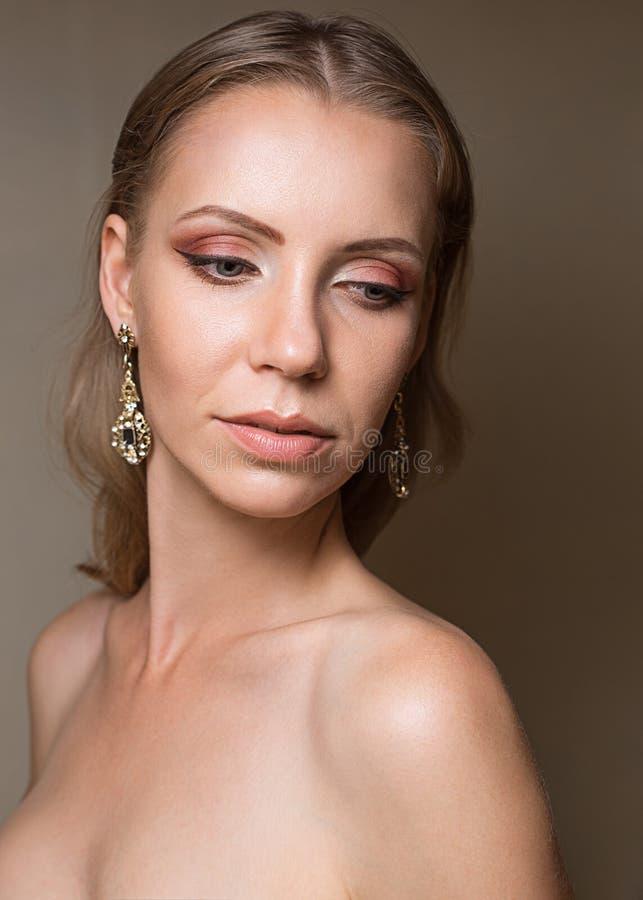 Sexig skönhetframsida Glamourst?ende av den h?rliga kvinnamodellen med aftonmakeup Skinande highlighter för mode på hud, sexig gl fotografering för bildbyråer
