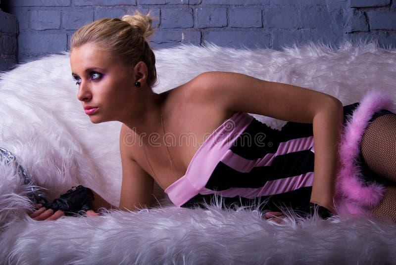 sexig sofa för flicka arkivfoton
