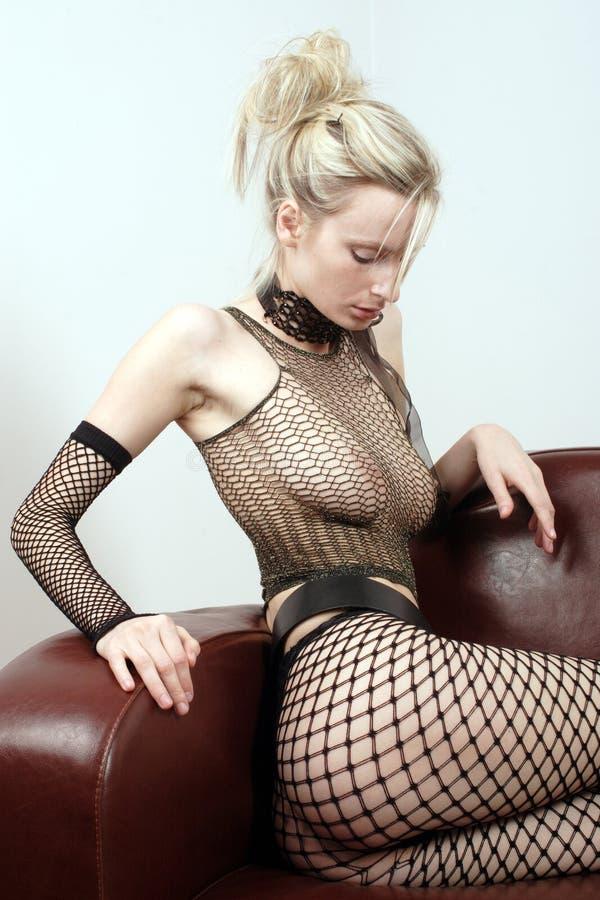 Sexig Sofakvinna För Attraktivt Läder Arkivbild
