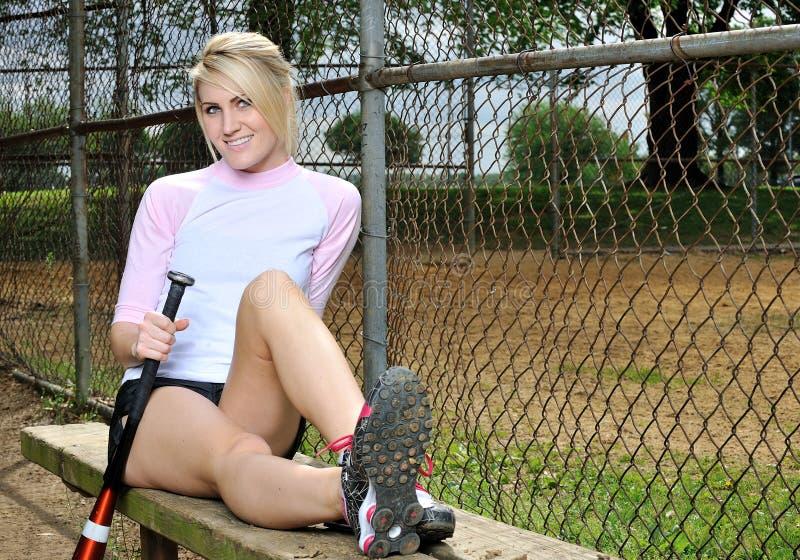sexig softball för blond kvinnligspelare arkivbilder