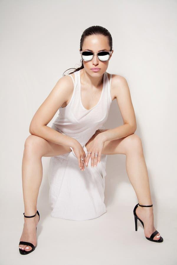 sexig stående för makeup för ferie för skönhetmodeflicka arkivfoton