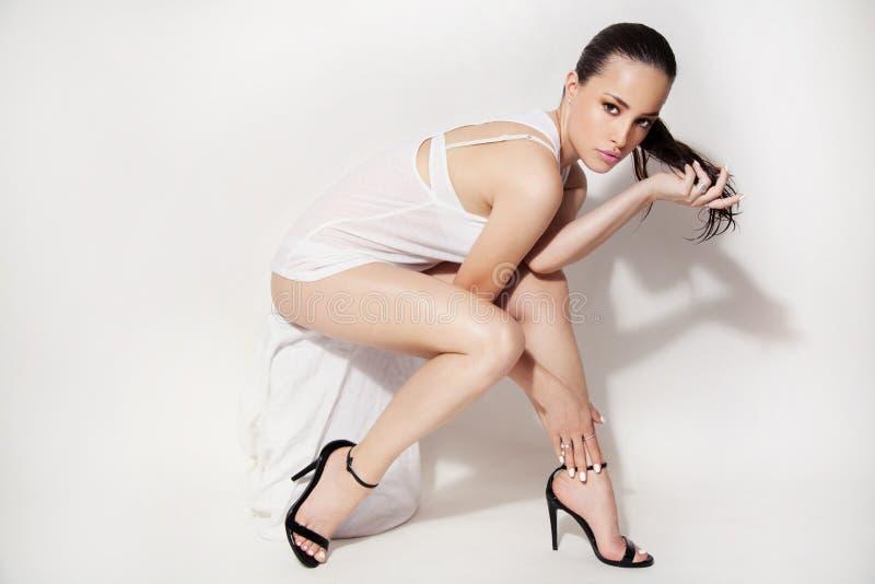 sexig stående för makeup för ferie för skönhetmodeflicka royaltyfri bild