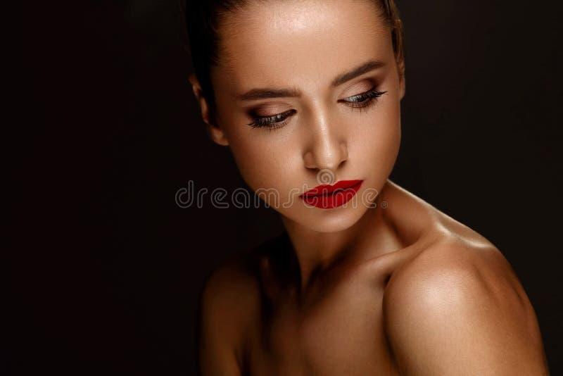 sexig stående för makeup för ferie för skönhetmodeflicka Kvinna med härlig makeup, röda kanter royaltyfria bilder