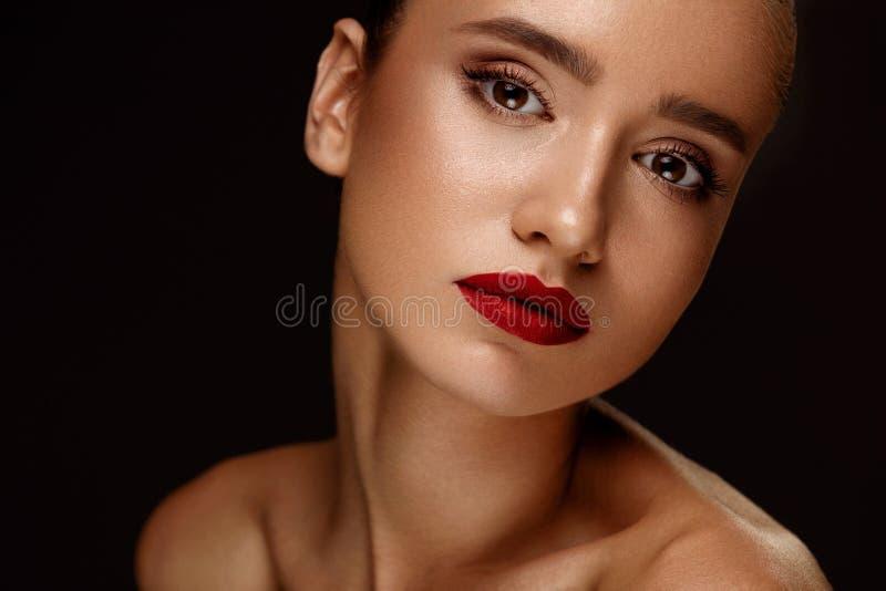 sexig stående för makeup för ferie för skönhetmodeflicka Kvinna med härlig makeup, röda kanter royaltyfri bild